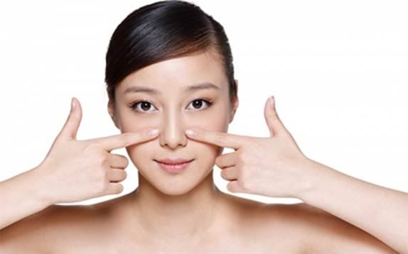 Làm sạch chất nhờn ở cánh mũi là cách làm mũi cao tự nhiên