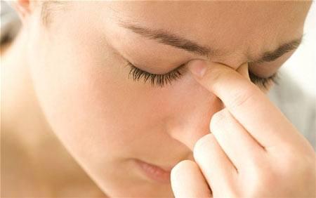 Nắn lại sống mũi bị lệch đơn giản với ngón trỏ và ngón cái
