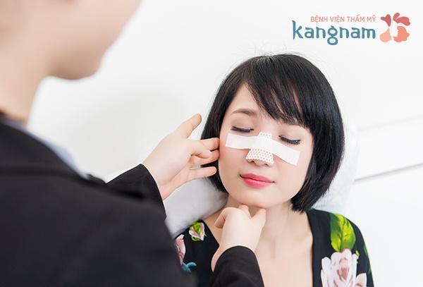 Sau khi phẫu thuật nâng mũi có được nằm nghiêng không?